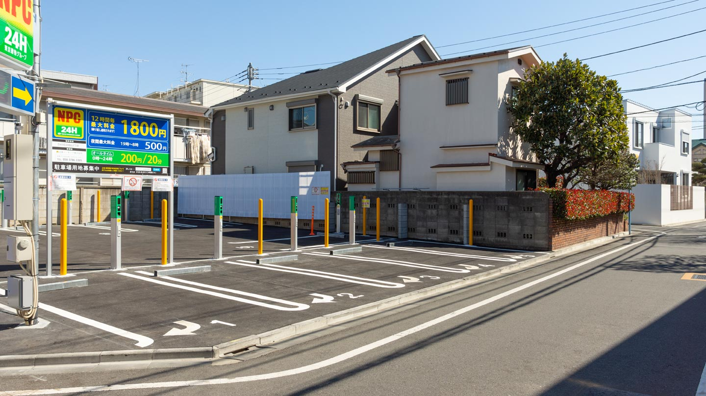 駐車場のブロック塀と住宅にあるトマソン