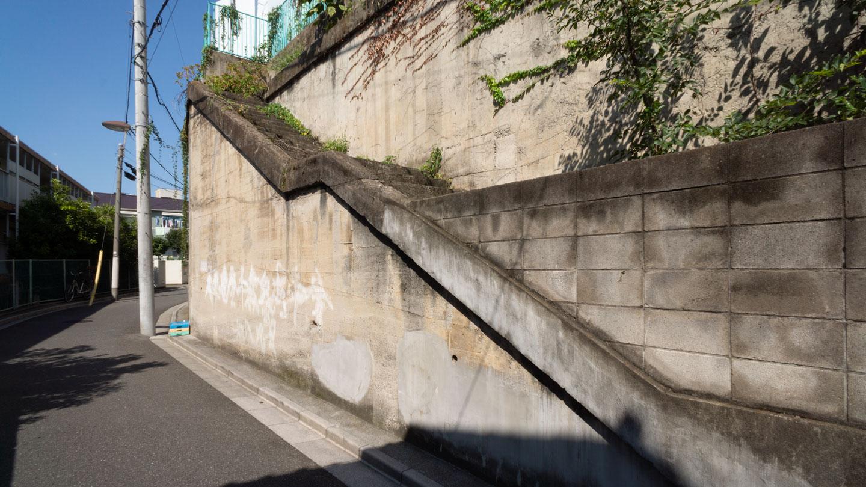 左の無用階段
