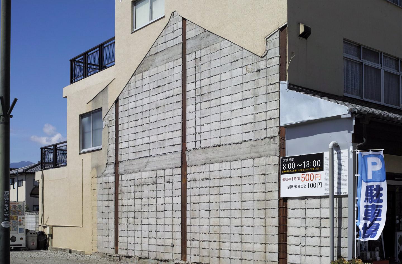 隣家の痕跡が残る建物